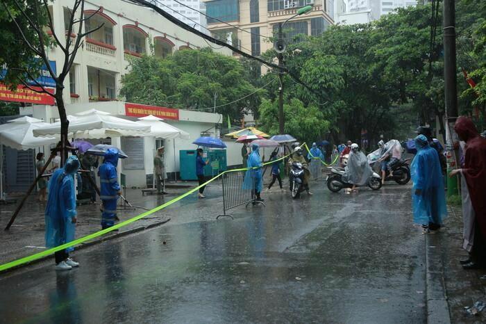 Hà Nội: Phụ huynh đội mưa đưa con đi thi, phải về lấy quần áo gửi đến phòng thi cho con thay - ảnh 2
