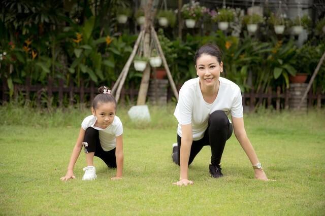 Hà Kiều Anh tập thể dục cùng con gái - ảnh 2