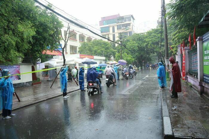 Hà Nội: Phụ huynh đội mưa đưa con đi thi, phải về lấy quần áo gửi đến phòng thi cho con thay - ảnh 1