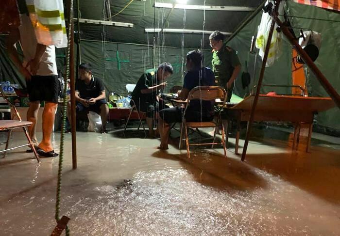 Xúc động hình ảnh lực lượng gác chốt chống dịch ở Hà Tĩnh lội nước ăn cơm tại lán dã chiến dựng tạm - ảnh 3