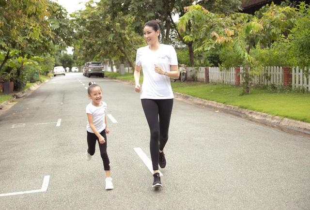 Hà Kiều Anh tập thể dục cùng con gái - ảnh 3