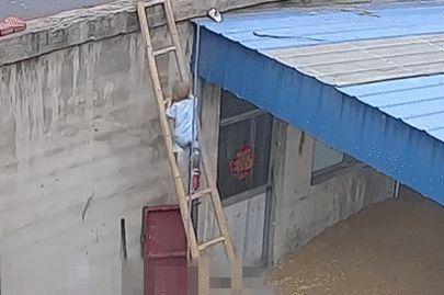 Con trai trèo thang tre theo bố lên mái nhà, trong tích tắc liền xảy ra cảnh tượng thót tim, cẩn thận khi chăm con không bao giờ là thừa - ảnh 2