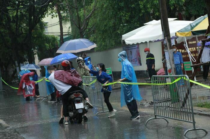 Hà Nội: Phụ huynh đội mưa đưa con đi thi, phải về lấy quần áo gửi đến phòng thi cho con thay - ảnh 6