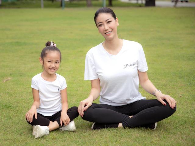 Hà Kiều Anh tập thể dục cùng con gái - ảnh 8