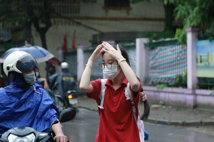 Hà Nội: Phụ huynh đội mưa đưa con đi thi, phải về lấy quần áo gửi đến phòng thi cho con thay - ảnh 9