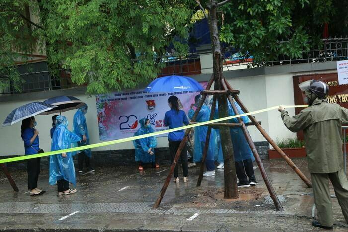 Hà Nội: Phụ huynh đội mưa đưa con đi thi, phải về lấy quần áo gửi đến phòng thi cho con thay - ảnh 14