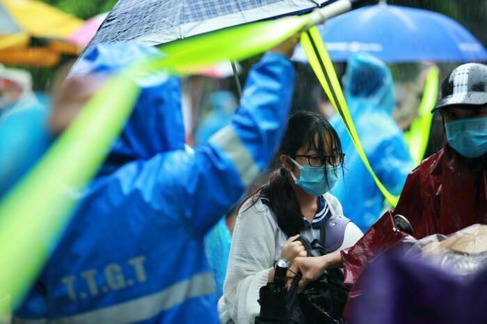 Hà Nội: Phụ huynh đội mưa đưa con đi thi, phải về lấy quần áo gửi đến phòng thi cho con thay - ảnh 11