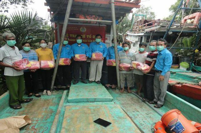 Bến Tre: Trao cờ Tổ quốc cho ngư dân ở 3 huyện vùng biển - ảnh 2