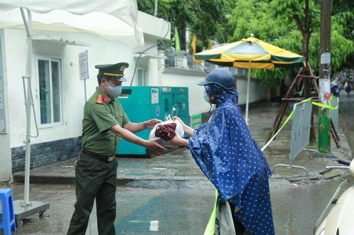 Hà Nội: Phụ huynh đội mưa đưa con đi thi, phải về lấy quần áo gửi đến phòng thi cho con thay - ảnh 13