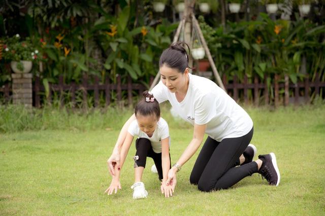 Hà Kiều Anh tập thể dục cùng con gái - ảnh 1