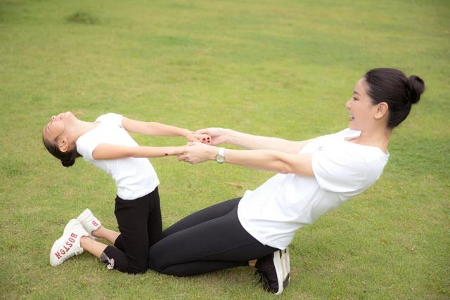 Hà Kiều Anh tập thể dục cùng con gái - ảnh 7