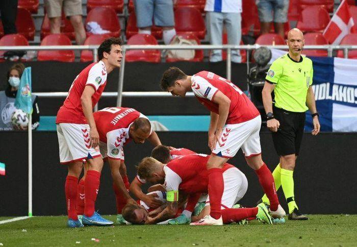 Khoảnh khắc tiền vệ Christian Eriksen đột quỵ trên sân - ảnh 1