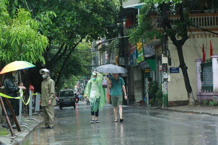 Hà Nội: Phụ huynh đội mưa đưa con đi thi, phải về lấy quần áo gửi đến phòng thi cho con thay - ảnh 15