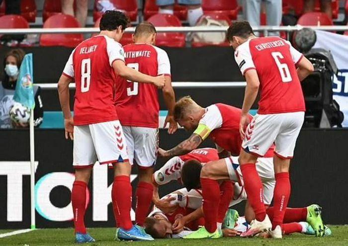 Tiền vệ Christian Eriksen của Đan Mạch bất tỉnh ngay trên sân - ảnh 1