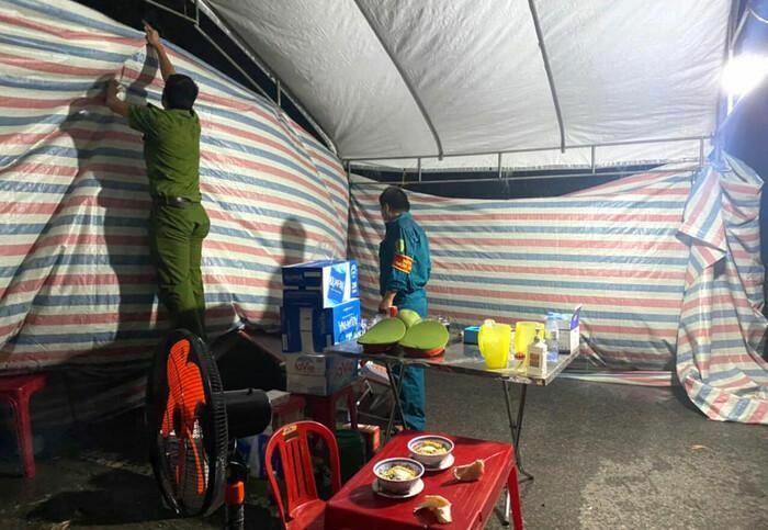 Xúc động hình ảnh lực lượng gác chốt chống dịch ở Hà Tĩnh lội nước ăn cơm tại lán dã chiến dựng tạm - ảnh 2