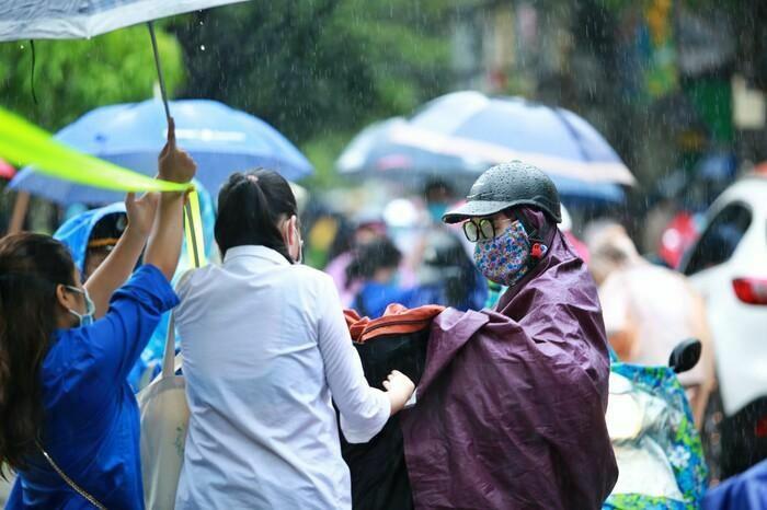 Hà Nội: Phụ huynh đội mưa đưa con đi thi, phải về lấy quần áo gửi đến phòng thi cho con thay - ảnh 10