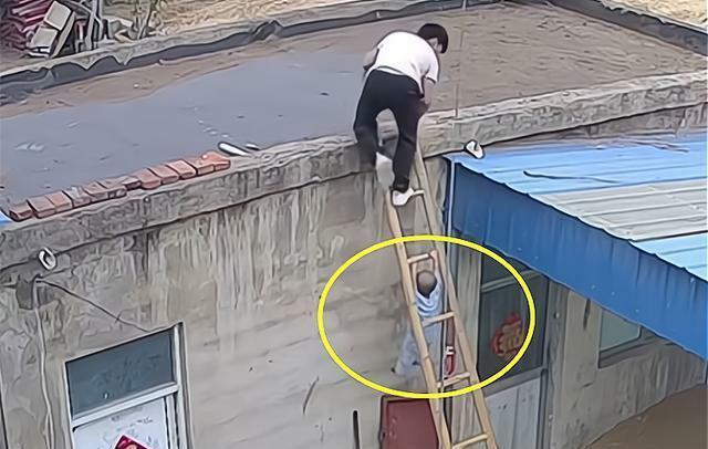Con trai trèo thang tre theo bố lên mái nhà, trong tích tắc liền xảy ra cảnh tượng thót tim, cẩn thận khi chăm con không bao giờ là thừa - ảnh 3