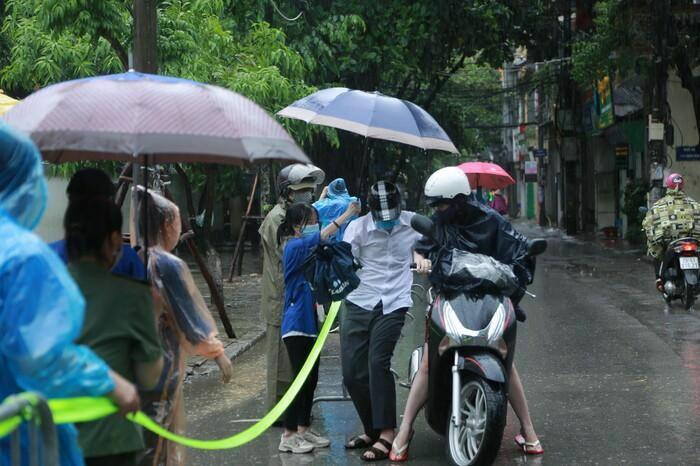 Hà Nội: Phụ huynh đội mưa đưa con đi thi, phải về lấy quần áo gửi đến phòng thi cho con thay - ảnh 4
