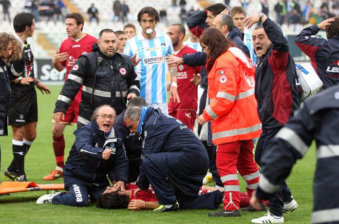 Đột quỵ trong bóng đá: Khi cầu thủ đột nhiên dừng lại và đổ gục xuống bất động, mối nguy cơ đang bị đánh giá quá thấp - ảnh 2