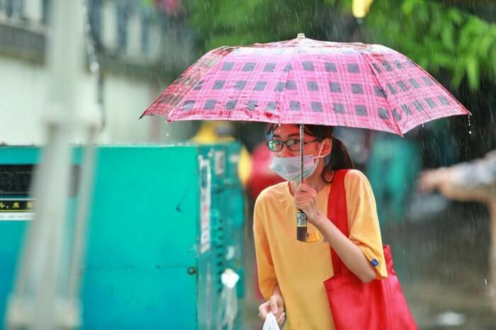 Hà Nội: Phụ huynh đội mưa đưa con đi thi, phải về lấy quần áo gửi đến phòng thi cho con thay - ảnh 7