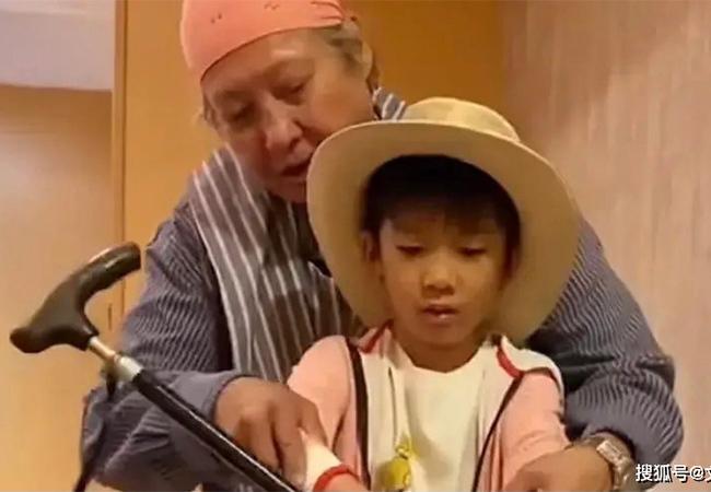 Hồng Kim Bảo phong độ sau thời gian dài ngồi xe lăn - ảnh 1
