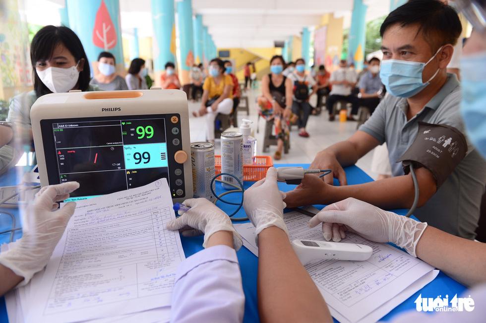 Người dân TP.HCM đi tiêm vắc xin ngừa COVID-19 - ảnh 3
