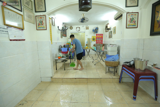Ảnh: Chủ các hàng quán, tiệm tóc ở Hà Nội phấn khởi dọn dẹp xuyên đêm để chuẩn bị đón khách từ ngày 22/6 - ảnh 9