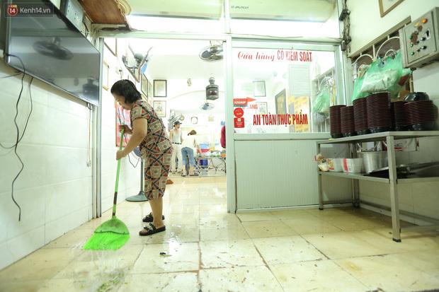 Ảnh: Chủ các hàng quán, tiệm tóc ở Hà Nội phấn khởi dọn dẹp xuyên đêm để chuẩn bị đón khách từ ngày 22/6 - ảnh 10