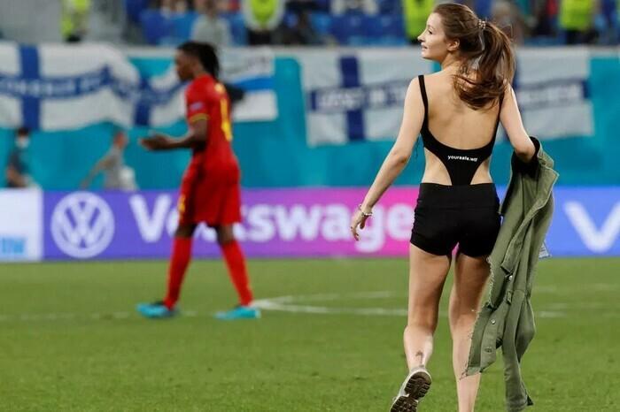 Fan nữ ăn mặc thiếu vải chạy vào sân trận Bỉ vs Phần Lan - ảnh 1