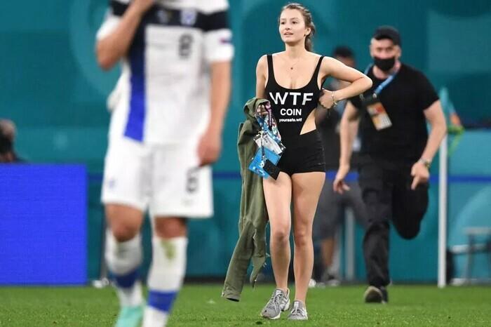 Fan nữ ăn mặc thiếu vải chạy vào sân trận Bỉ vs Phần Lan - ảnh 2