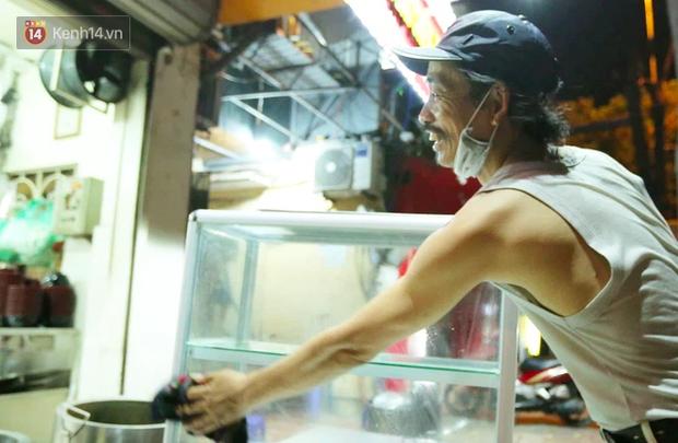 Ảnh: Chủ các hàng quán, tiệm tóc ở Hà Nội phấn khởi dọn dẹp xuyên đêm để chuẩn bị đón khách từ ngày 22/6 - ảnh 7