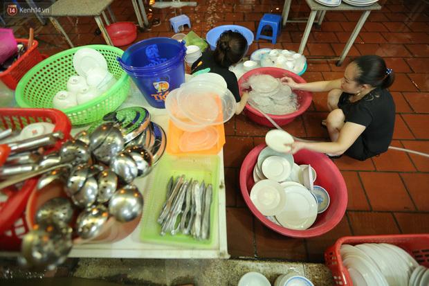 Ảnh: Chủ các hàng quán, tiệm tóc ở Hà Nội phấn khởi dọn dẹp xuyên đêm để chuẩn bị đón khách từ ngày 22/6 - ảnh 5