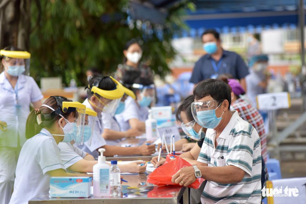 Người dân TP.HCM đi tiêm vắc xin ngừa COVID-19 - ảnh 10