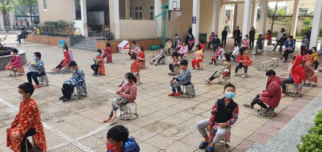 """Những chuyện chưa kể về ngôi trường đầu tiên ở Hà Nội trở thành """"pháo đài"""" cách ly do có học sinh dương tính với SARS-CoV-2 - ảnh 1"""