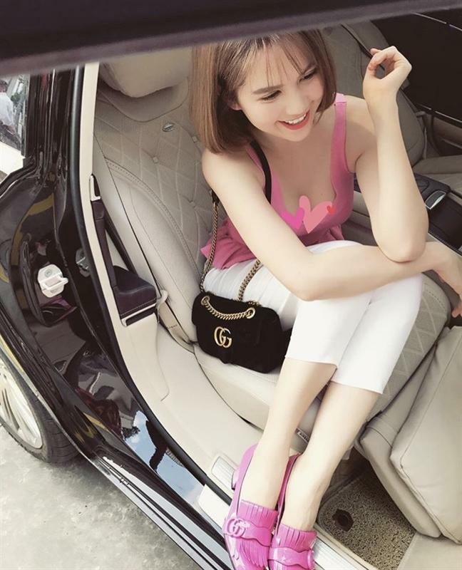 Ngọc Trinh - Lily Chen đụng từ siêu xe đến túi Hermes, còn bị nghi 'chung bồ' - ảnh 22