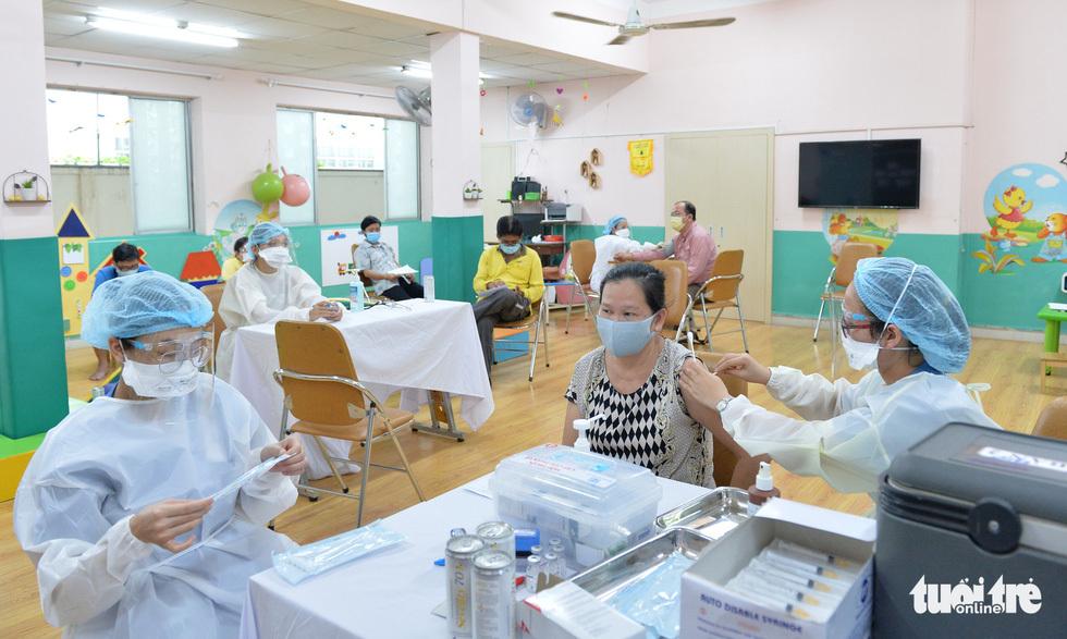 Người dân TP.HCM đi tiêm vắc xin ngừa COVID-19 - ảnh 8