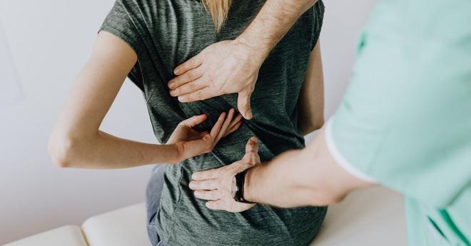 Cách chữa đau lưng do ngồi máy tính nhiều, đơn giản dễ thực hiện tại nhà - ảnh 3
