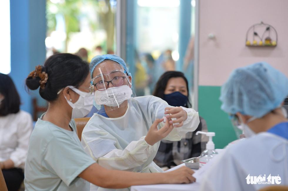 Người dân TP.HCM đi tiêm vắc xin ngừa COVID-19 - ảnh 5