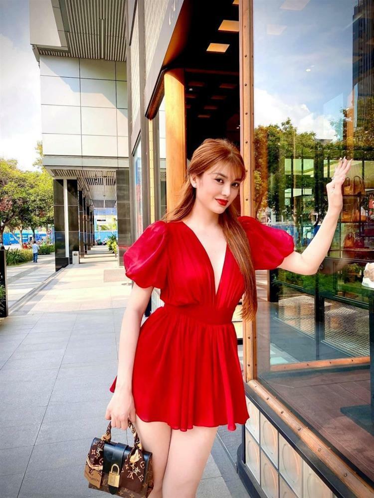 Ngọc Trinh - Lily Chen đụng từ siêu xe đến túi Hermes, còn bị nghi 'chung bồ' - ảnh 18