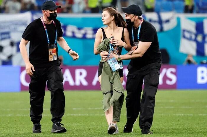 Fan nữ ăn mặc thiếu vải chạy vào sân trận Bỉ vs Phần Lan - ảnh 4