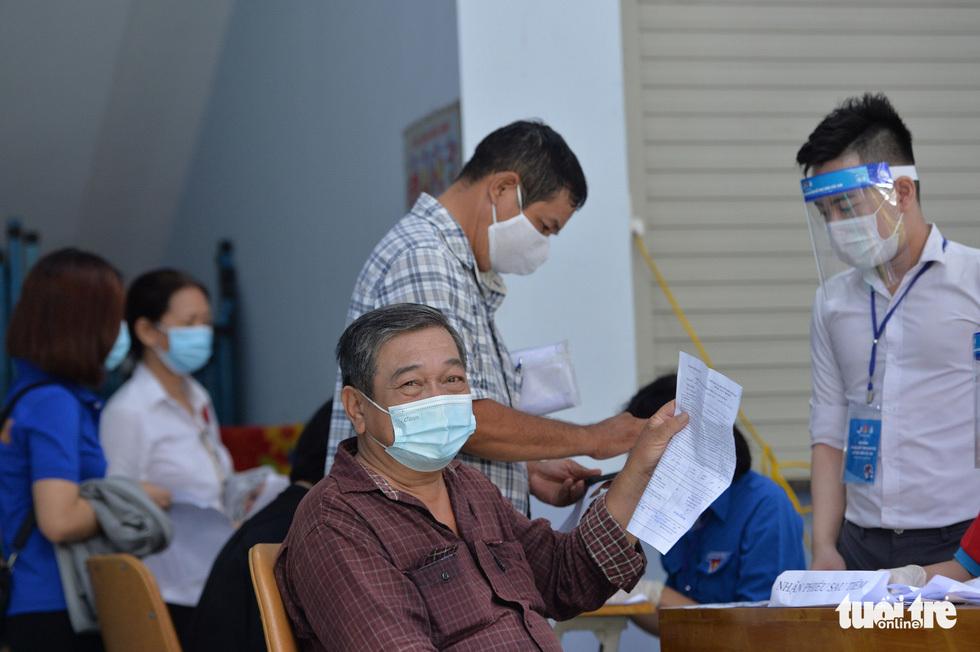 Người dân TP.HCM đi tiêm vắc xin ngừa COVID-19 - ảnh 6