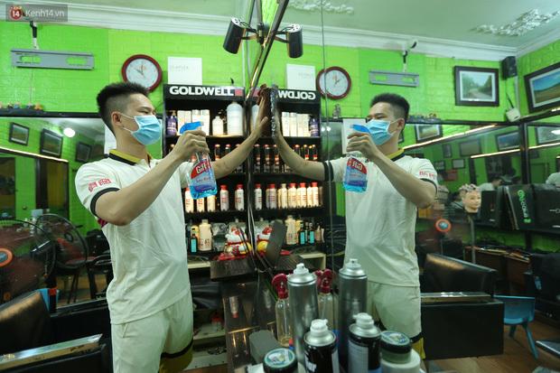 Ảnh: Chủ các hàng quán, tiệm tóc ở Hà Nội phấn khởi dọn dẹp xuyên đêm để chuẩn bị đón khách từ ngày 22/6 - ảnh 2