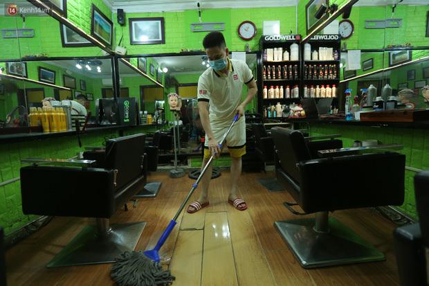 Ảnh: Chủ các hàng quán, tiệm tóc ở Hà Nội phấn khởi dọn dẹp xuyên đêm để chuẩn bị đón khách từ ngày 22/6 - ảnh 1