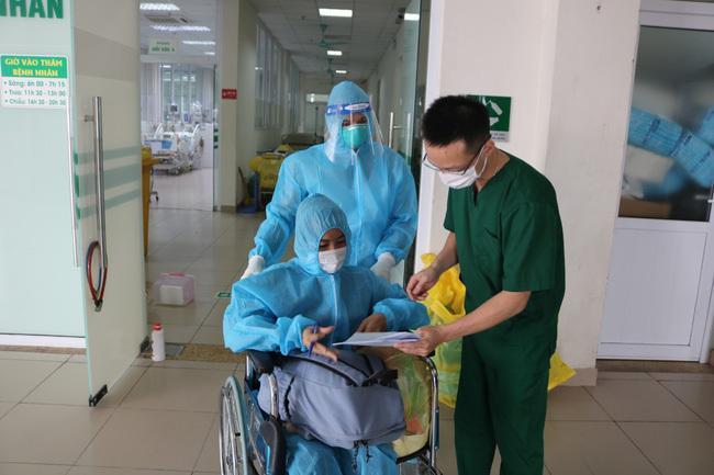 Bệnh nhân Covid-19 nặng được xuất viện sau 6 lần lọc máu tại BV Nhiệt đới TW - ảnh 1