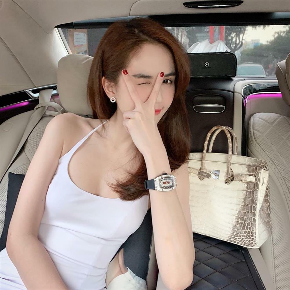 Ngọc Trinh - Lily Chen đụng từ siêu xe đến túi Hermes, còn bị nghi 'chung bồ' - ảnh 3