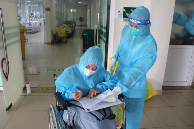 Bệnh nhân Covid-19 nặng được xuất viện sau 6 lần lọc máu tại BV Nhiệt đới TW - ảnh 2