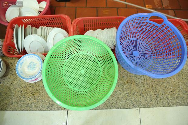 Ảnh: Chủ các hàng quán, tiệm tóc ở Hà Nội phấn khởi dọn dẹp xuyên đêm để chuẩn bị đón khách từ ngày 22/6 - ảnh 6