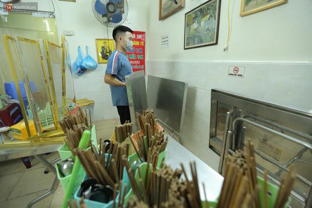 Ảnh: Chủ các hàng quán, tiệm tóc ở Hà Nội phấn khởi dọn dẹp xuyên đêm để chuẩn bị đón khách từ ngày 22/6 - ảnh 8