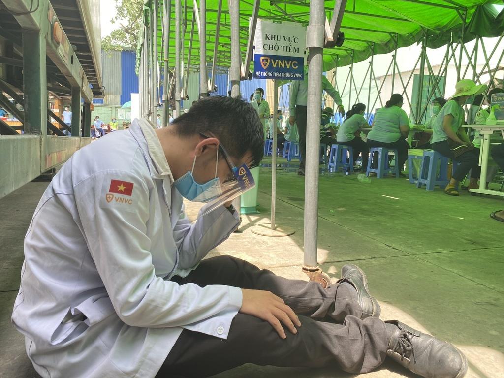 Một số nhân viên y tế tại điểm tiêm vắc xin Covid-19 lưu động ngất xỉu - ảnh 2