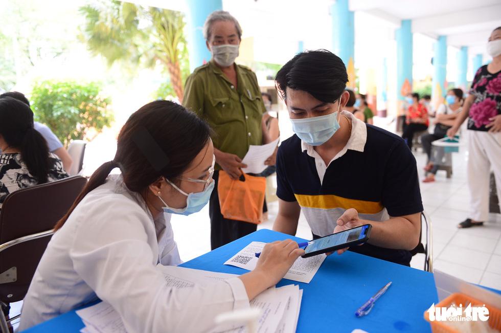 Người dân TP.HCM đi tiêm vắc xin ngừa COVID-19 - ảnh 4